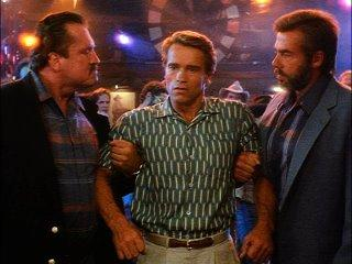 Arnold, anda lá deixa as raparigas em paz, ainda lixas o esquema ao Bruce.