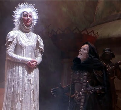 """""""Oh minha dama de branco, que bem que tu cheiras"""" - """"Ao contrario de ti que apestas, pois, estas tão morto que já só se vê o osso"""""""