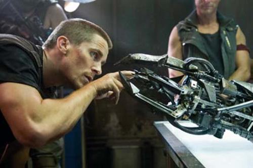 """""""Mais que raio de Bat-Arma é esta?"""". Ei Bale, isto é o Terminator e não o Batman"""