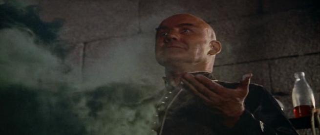 O ferrenho adepto sportinguista Sokurah prepara uma nova bomba de fumo para largar em Alvalade.